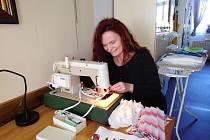 Jednou z prvních dobrovolných šiček, která začala vyrábět doma na stroji roušky pro své okolí, je Šárka Lyčková z Tábora.