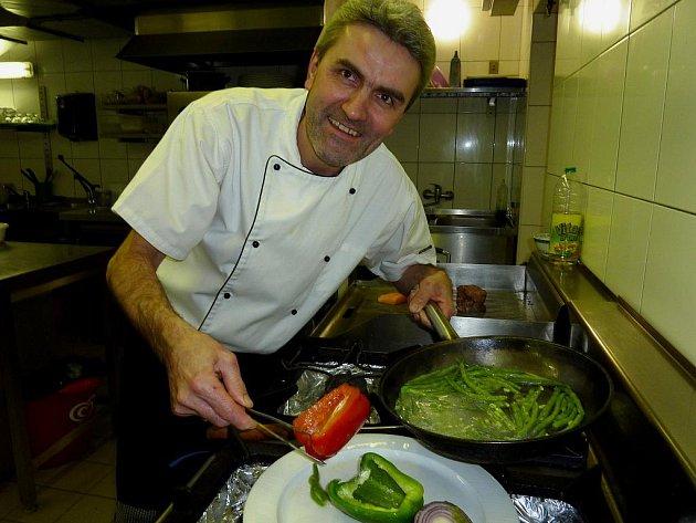 Učitelka ve škole doporučovala, aby Vlastimil Švejda studoval na gymnáziu, on si ale zvolil obor kuchaře a dodnes nelituje.
