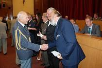 Plukovník Pavel Vranský blahopřeje Pavlu Šmidrkalovi k udělení pamětní medaile Slovenského svazu protifašistických bojovníků