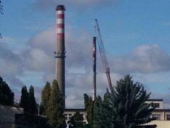 Teplárenský komín, který zasáhl požár, si vzal v neděli do práce jeřáb a začala jeho demontáž.