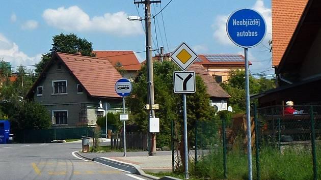 V Heřmanicích na Frýdlantsku jsou školní zastávky jasně označeny.