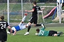 Třinecký brankář Adamuška zastavuje faulem domácího Adama Provazníka. Následnou penaltu sice Stephano Alves de Almeida neproměnil, i tak ale dokráčeli Jihočeši k zasloužené výhře 2:0.