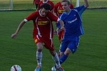 Soběslavští fotbalisté se chystají na derby s Planou. Na snímku bojuje PetrJanoušek s oseckým Liborem Blažečkou.