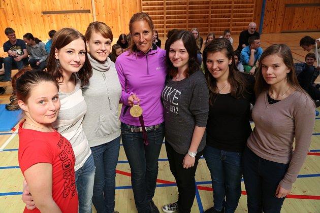 Miroslava Knapková se studentkami táborského Gymnázia Pierra de Coubertina.