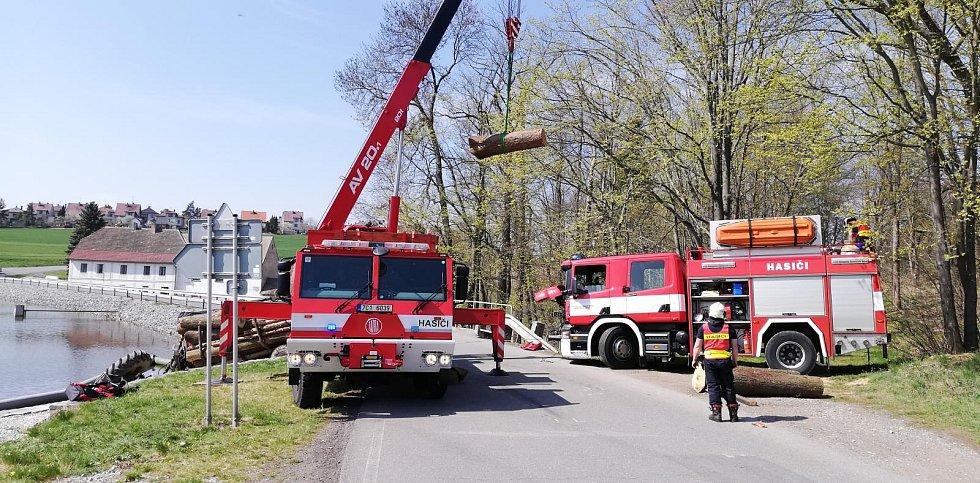 Profesionální hasiči z Tábora havarovaný traktor z rybníka u Mladé Vožice vyprostili.