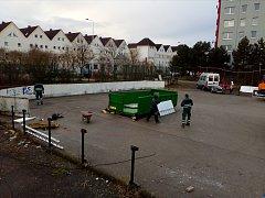 Bývalé hokejbalové hřiště na Sídlišti nad Lužnicí již dosloužilo. Jak bude prostor využitý dál?