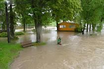 Velká voda v Ratajích v červnu 2013. Záplavy začaly po přívalových deštích s bouřkami, které způsobily obrovský průtok vody. Korytem Smutné tehdy protékalo 133 kubíků za sekundu.