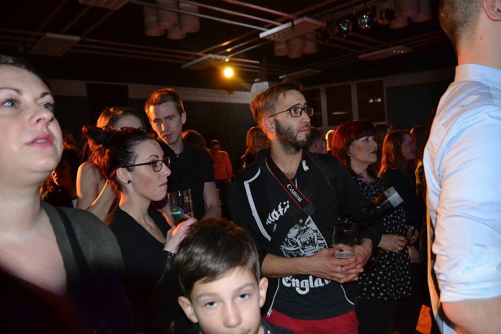 Tábor Superstar Band už počtrnácté oživil příběh rockové opery Jesus Christ Supestar. Výtěžek z benefičního koncertu půjde na pokrytí základních potřeb maminky Moniky a batolete Tomáška, kteří se ocitli v mimořádně těžké životní situaci.