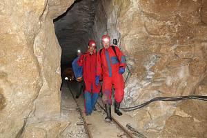 Jeskyňáři nově zmapovali zatopenou chodbu Chýnovské jeskyně. Unikátní metodou pak v počítači vytvořili její 3D podobu.