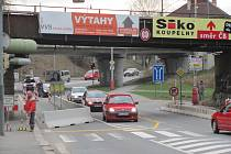 První výměna v této nejfrekventovanější táborské křižovatce potkala most na trati do Českých Budějovic. Stejně jako most u Tesca nevyhovoval požadavkům modernizace trati. Hlavní část prací – sundavání konstrukce se odehrálo před Vánoci v roce 2007. Dělníc