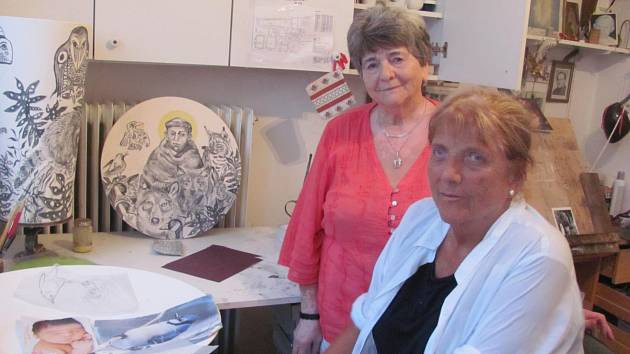 Sochařka Helena Schmaus  Shoonerová (vpopředí) a keramička Anna Bosáková spolu v 50. letech studovaly keramickou školu. Jejich přátelství trvá dodnes, kdy pomáhají arteterapeutické dílně Dětské psychiatrické nemocnice Opařany.