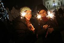 SILVESTROVSKÉ VESELÍ se nevyhnulo ani táborskému Žižkovu náměstí. Před půlnocí se tam sešly desítky lidí a společně vkročily do nového roku, roku 2014.