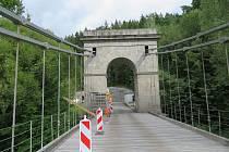 Celková rekonstrukce jediného dochovaného empírového mostu v Čechách se chýlí ke konci. Zaměstnanci nyní obnovují nátěr zábradlí Stádleckého mostu.
