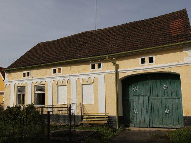Usedlost č.p. 27 v Komárově je mírně zastrčená a ne úplně typická.