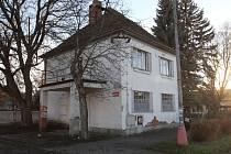Na fotografii domu je vidět, že byl kdysi obklopený plotem.