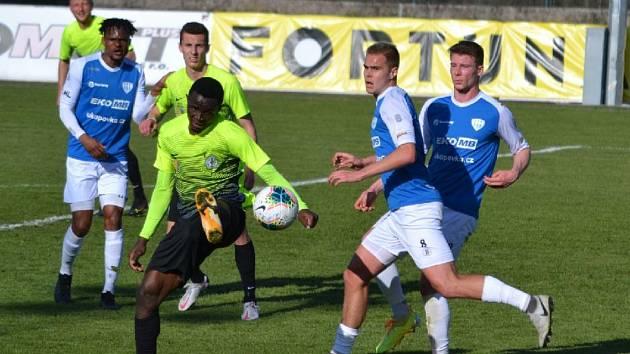 Hráči Táborska prožili krutý fotbalový podvečer a navzdory výtečnému výkonu ze druhého poločasu podlehli Prostějovu 1:2 (v modrém zleva Emmanuel Tolno, Roman Holiš a David Čapek).