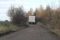 Valentova spojka mezi Čekanicemi a Zálužím je v hrozném stavu, mnozí řidiči ji však přesto využívají raději než objízdnou trasu přes Hlinici a Chotoviny.