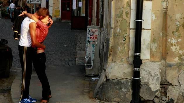 Objímající se pár. Sibiu, Rumunsko.