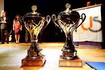 Dva nejcennější anketní poháry v celé své kráse.