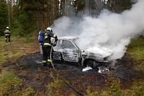 Škoda Felicia hořela v lese v sobotu 3. srpna dopoledne u Bečic.