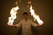 Této fotografie s názvem Dobrého chemika oheň nepálí si Dominik Ješ cení nejvíc. Zaujala i ve finále soutěže Svět (je) chemie.