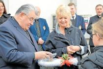 Kardinál Dominik Duka si s malými pacienty opařanské psychiatrické nemocnice vyměnil drobné dary.
