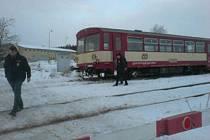 V Chýnově ve stanici vykolejil vlak.