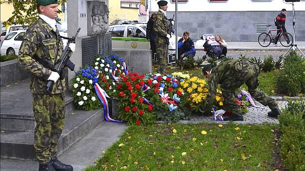 Věnce položili vojáci k pomníku padlým na Křižíkově náměstí.