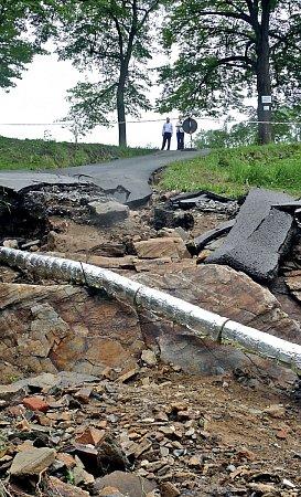Silnice uPodhradního rybníka neodolala náporům vody. Vedení města nyní sčítá škody.