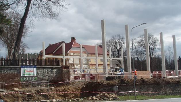 Stavba multifunkčního sportoviště v Chýnově pokračuje.