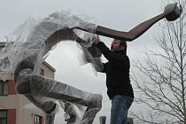 Po 15 letech opustil na povolení města Sezimova Ústí Strážce času své stanoviště. Z Pelhřimova se vrátil opálený a znovuzrozený.