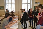 Většina studentů volila zatím jen cvičně, ale našlo se mezi nimi i několik plnoletých. Někteří z nich nejspíš vyrazí i ke skutečným volbám.
