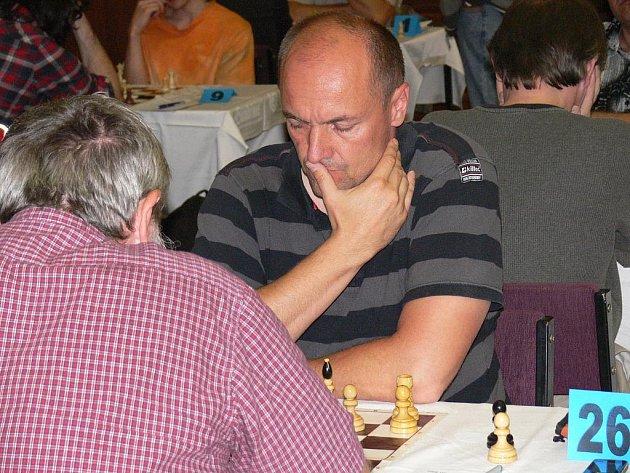 Táborští šachisté zaznamenali v druholigových kruzích velmi cenný bodový zisk. Milan Borkovec (na snímku) k němu přispěl remízou na druhé šachovnici v partii s Robertem Fialou.