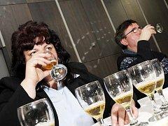 Strakonická pivovarnice Dagmar Vlková testuje výčepní piva.  Ve světlých desítkách nakonec zvítězil Zlatopramen, druhé byly Krušovice, třetí Pernštejn.