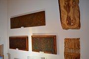 Minulý víkend představili bratři František a Zdeněk Helclovi v prostorách katovského obecního úřadu soubor svých obrazů, plastik i masivních dřevořezeb.