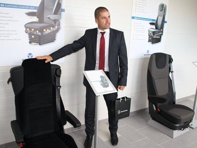 Ředitel podniku Martin Kořínek u produktů, které se vyrábějí v nové hale.
