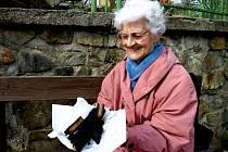 Jaroslava Vosátková žije současností. Věří, že  rozhledna Hýlačka znovu vstane z popela. Nasnímku drží ohořelé šindele z původní rozhledny a sní o té budoucí, o osm metrů vyšší.