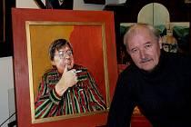 Malíř Aleš Slavík tráví zimní období ve svém táborském ateliéru (na snímku s portrétem Karla Kobližky).  Na jaře se pak vydá na Vltavu a do podzimu bude kapitánem na lodi.