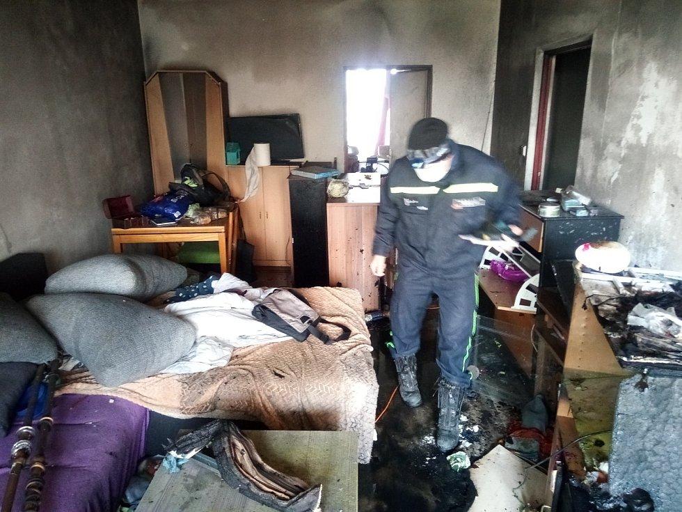 V bytě v plamenech hledali hasiči také desetiletého chlapce, ten už byl naštěstí mimo objekt a nebezpečí.