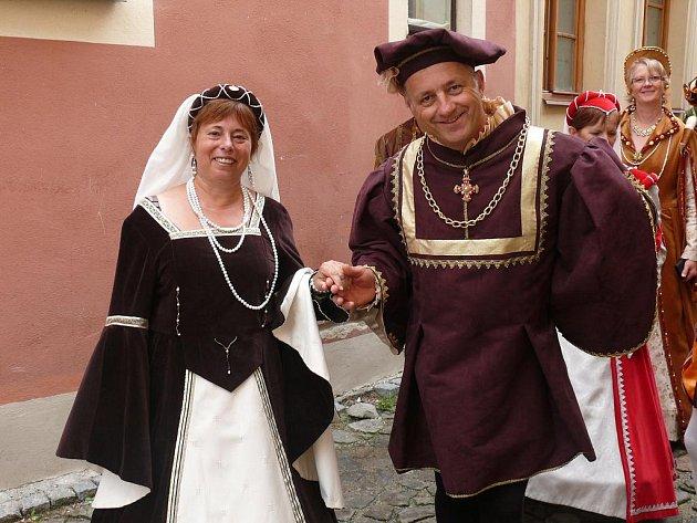 Renenační kostými i bonton předvedli při Táborských setkání zástupci partnerského města Dole ve Francii.