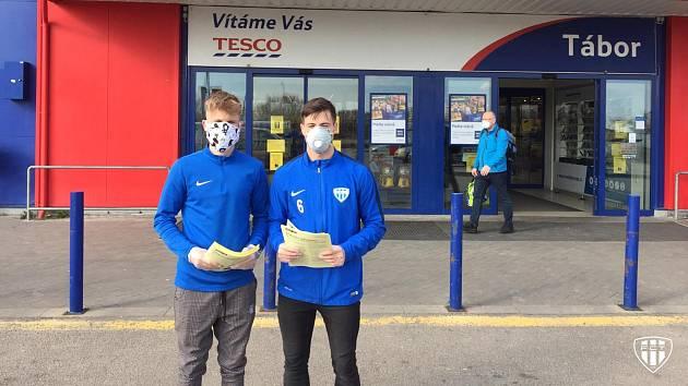 Mladí fotbalisté z A týmu jako dobrovolníci rozdávali před obchodními domy letáky s důležitými informacemi o koronaviru.