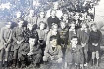 DĚTI VE TŘÍDĚ. V Turovci učívala Gusta Černochová. Alena Křížová je na snímku třetí zprava v prostřední řadě. Dva roky s ní do třídy chodily i děti z Nové Vsi.