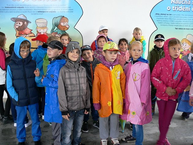 Stezku o třídění odpadů otevřeli společně se školáky.