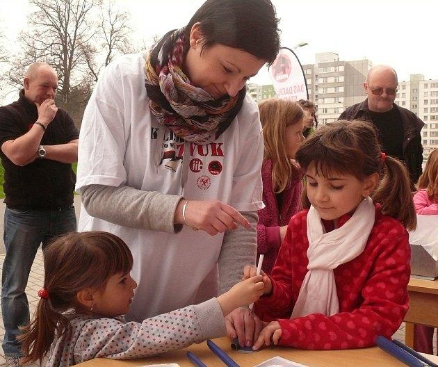 PĚKNĚ PŘITISKNOUT. Pomocnou ruku při výrobě píšťalek občas poskytla i Dagmar Kolářová ze Sezimova  Ústí. Jak je vidět, klempířské práce se nebála ani děvčata.