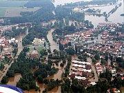 Letecký snímek na vodou ochromené Veselí nad Lužnicí roku 2002.