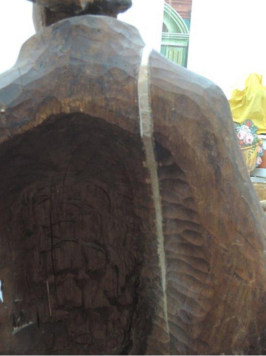Osazení odpadlé části dřevořezby.