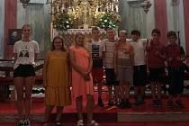 Žáci ocenění v soutěži si zahráli na varhany.