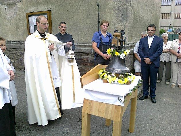 Farář Stanislav Brožka žehná zvon Pannu Marii.