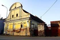 """Slapy u Tábora """"skrývají"""" jeden ze skvostů architektury 18. století. Bývalý hostinec, kde se hrálo i divadlo, poutá barokním štítem a vstupní branou."""