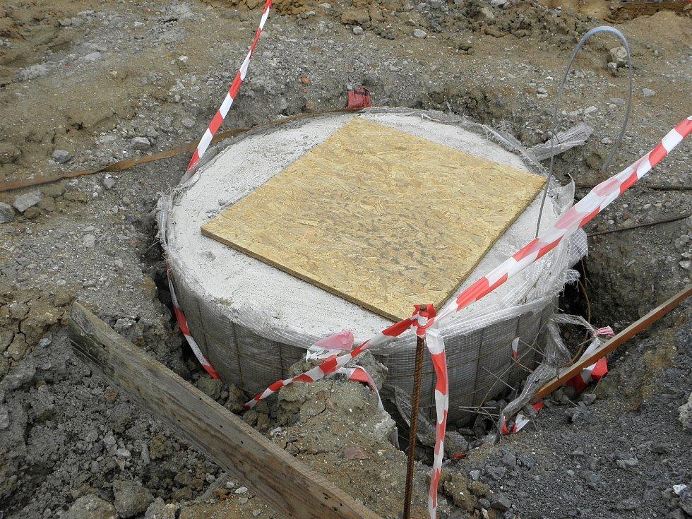 Staveniště budoucí sportovní haly Mír v sousedství plaveckého bazénu se připravuje na růst konstrukce.